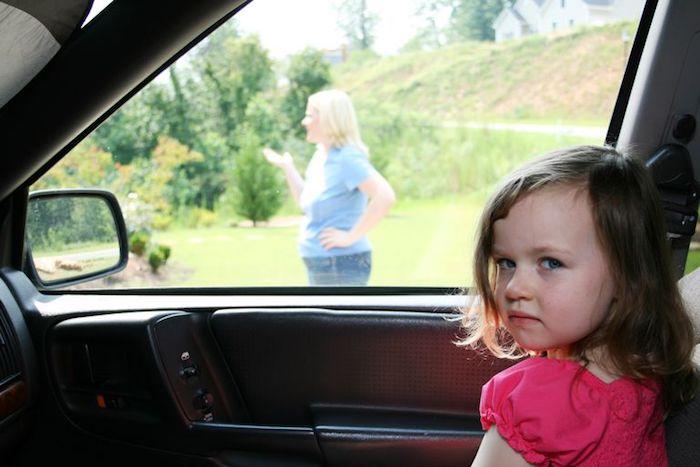 Автомобиль таит массу опасностей для ребёнка.