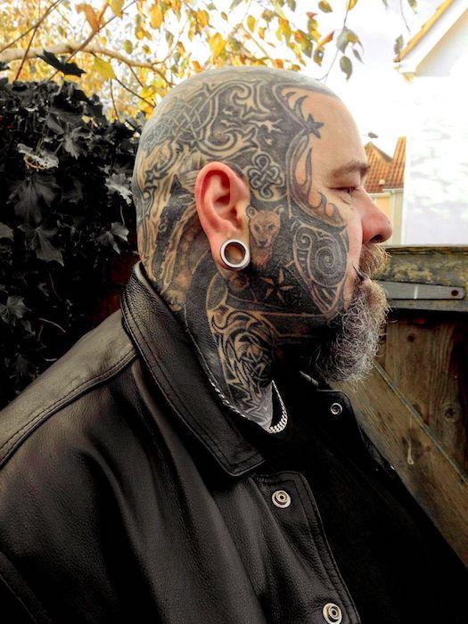 Давай, спроси, что значит его татуировка.