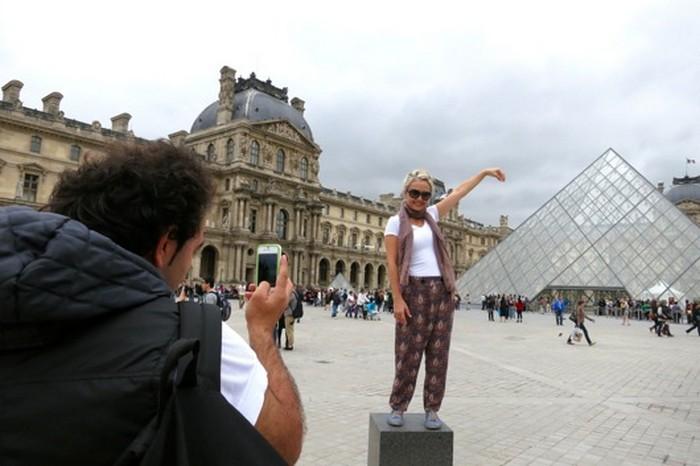 Чтобы облегчить туристические страдания, заботливые парижане даже расставили по периметру Лувра специальные тумбы. Количество подобных фотографий после этого только возросло