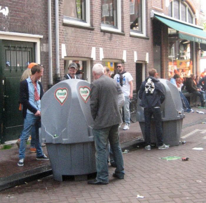 Амстердам известен ещё и писсуарами.
