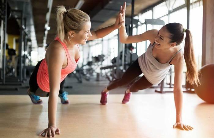 Два простых упражнения, которые помогут сохранить форму в любом возрасте.