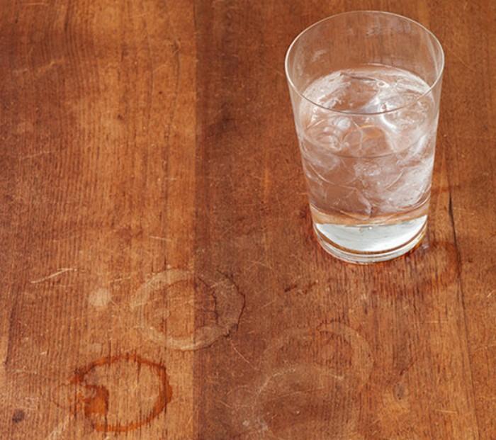 Светлые пятна часто остаются от стаканов с холодными или горячими напитками.