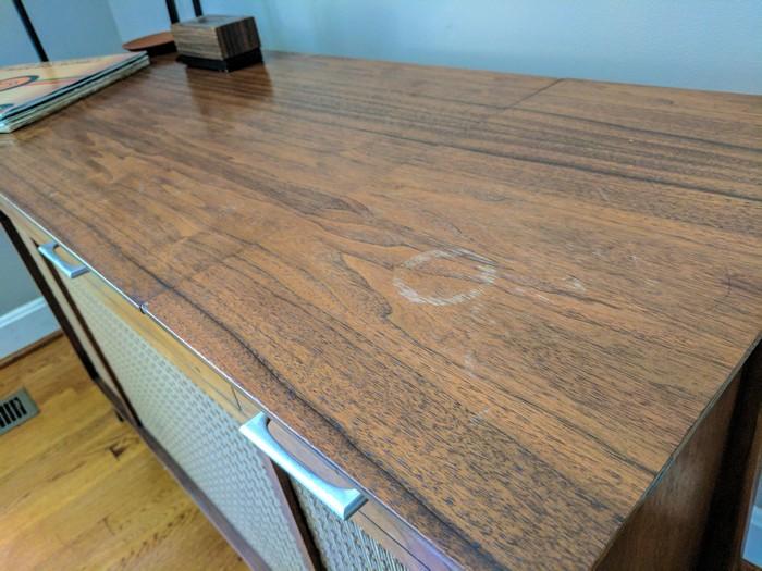 Светлые пятна на деревянной мебели от контакта влаги с лаковой поверхностью.