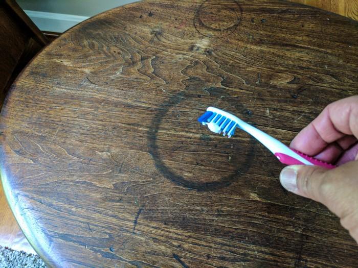Зубная паста против тёмных пятен на мебели.