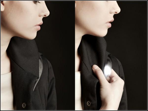 Под лацканами стильного пальто расположены контроллеры