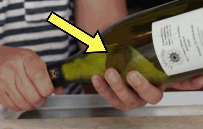 Достаём пробку из винной бутылки.