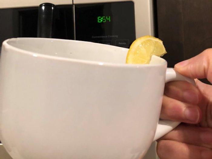 Начинать утро с тёплой воды с лимоном стало модным.