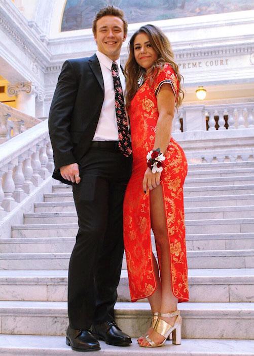 Для выпускного бала девушка выбрала традиционное китайское платье ципао.