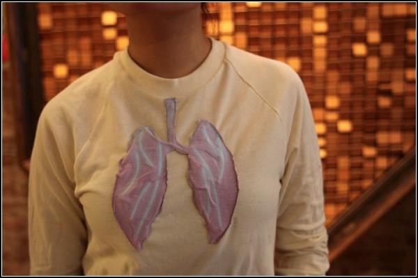 Дизайнерская футболка реагирует на уровень угарного газа в воздухе