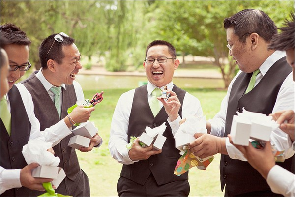 Креативные бутоньерки на свадьбе Бена и Мими