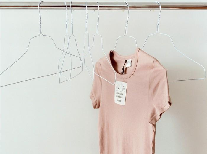 3 причины обязательно постирать новую одежду, прежде чем надеть её