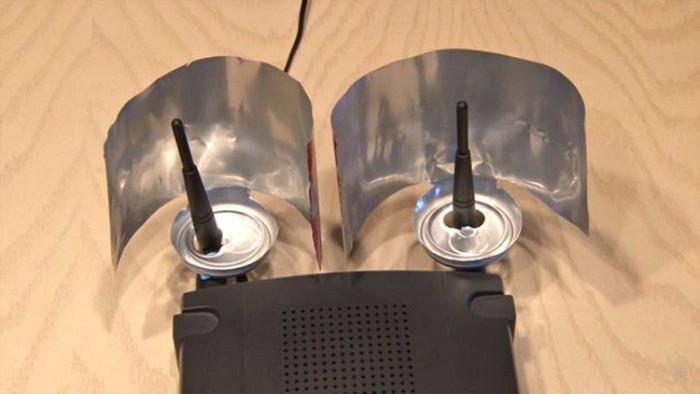 Если жестянки плохо держатся на антеннах, посадите их на двухсторонний скотч.