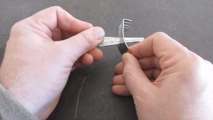 Ручка должна проходить между зубцами.