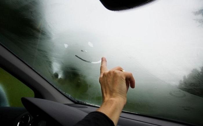 Запотевшие стекла в автомобиле.