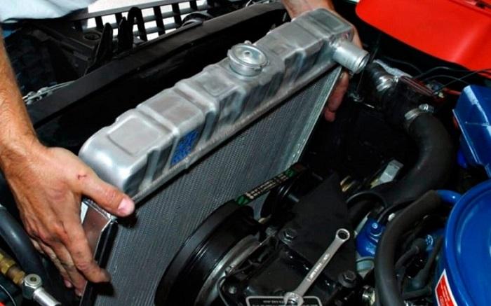 Не рекомендуется покупать б/у автомобильный радиатор/ Фото: сто96.рф