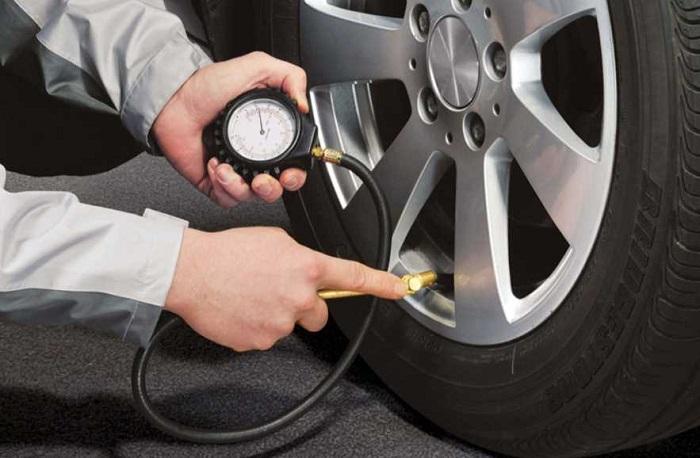 Важно правильно накачивать колеса и следить за давлением в шинах/ Фото: the-robot.ru
