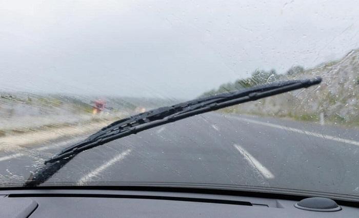 Чувствительные к влаге дворники редко помогают в проливной дождь/ Фото: motor-junkie.com