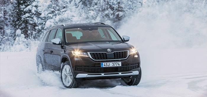 Полноприводный автомобиль на зимней дороге/ Фото: autonews.ru