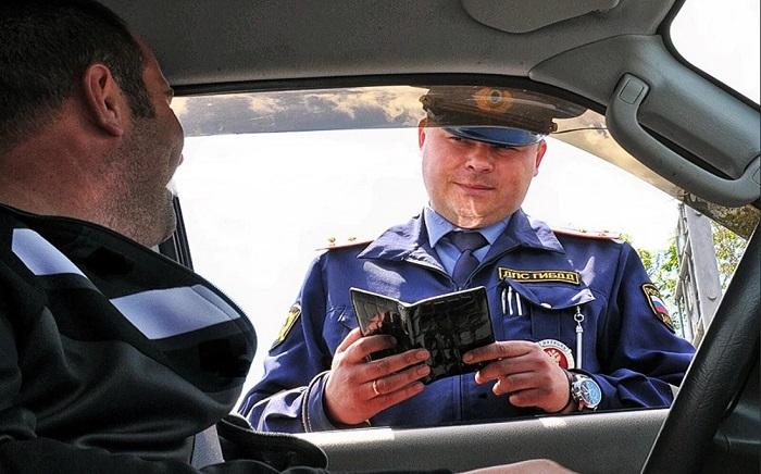 Предъявление документов полицейскому/ Фото: avtoexperts.ru