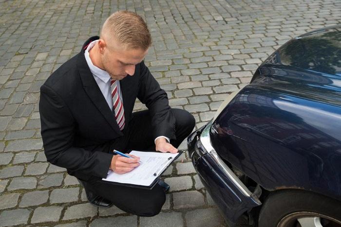 Экспертиза по выявлению повреждений на кузове машины/ Фото: zakoniavto.ru