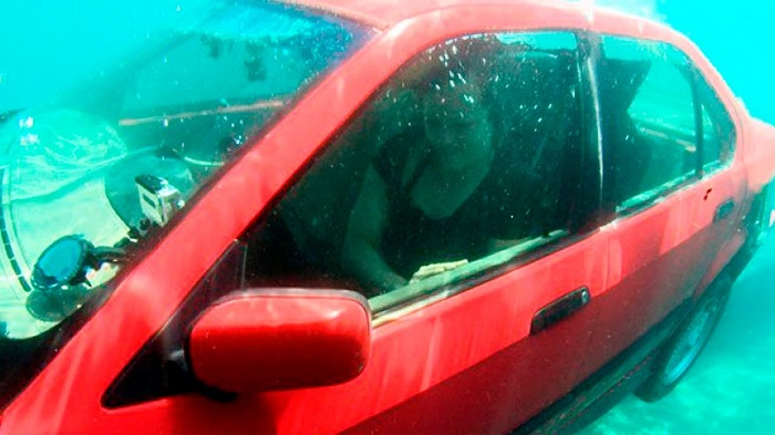Попытка открыть передние двери под водой/ Фото: youtube.com