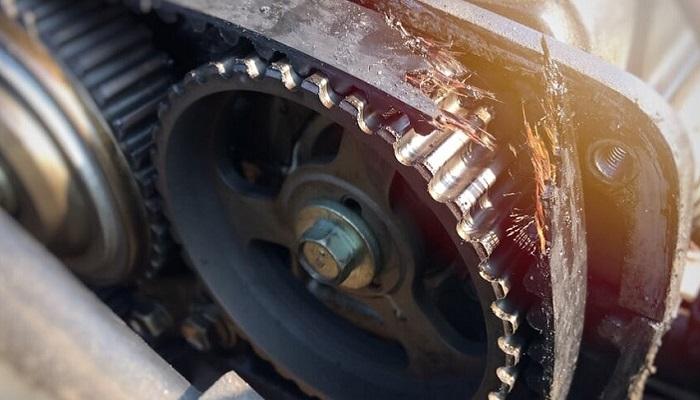 Разрыв ремня ГРМ может стать причиной остановки двигателя/ Фото: rallysale.ru