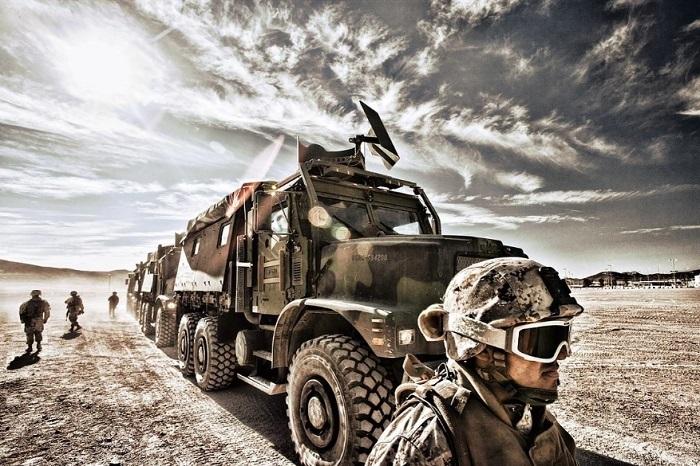 Мощные военные грузовые автомобили.