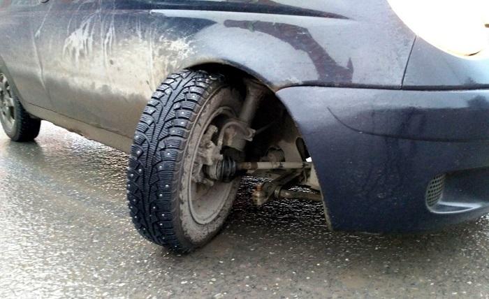 Обрыв колеса по причине неисправности шаровой опоры/ Фото: drive2.ru