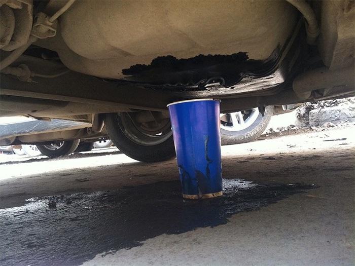 Течь топлива из автомобильного бака/ Фото: motorpage.ru