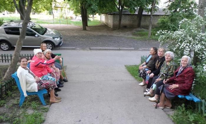 Старушки у подъезда, которые могут стать свидетелями происшествия/ Фото: giraffebig.ru