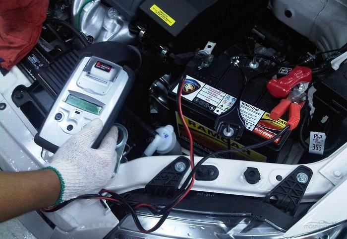Недостаточный заряд аккумулятора/ Фото: mashinapro.ru