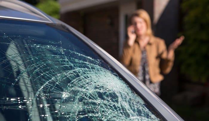 Что делать, если дорожный камень попал в переднее стекло?/ Фото: rad-star.ru