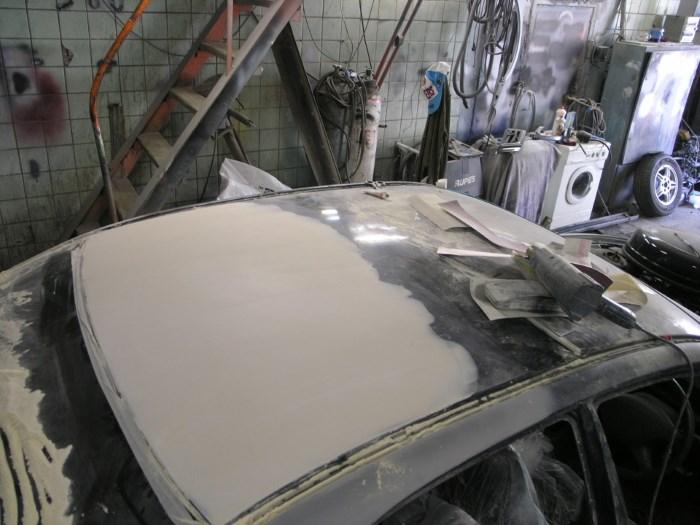 Окраска крыши автомобиля/ Фото: autokuz.ru