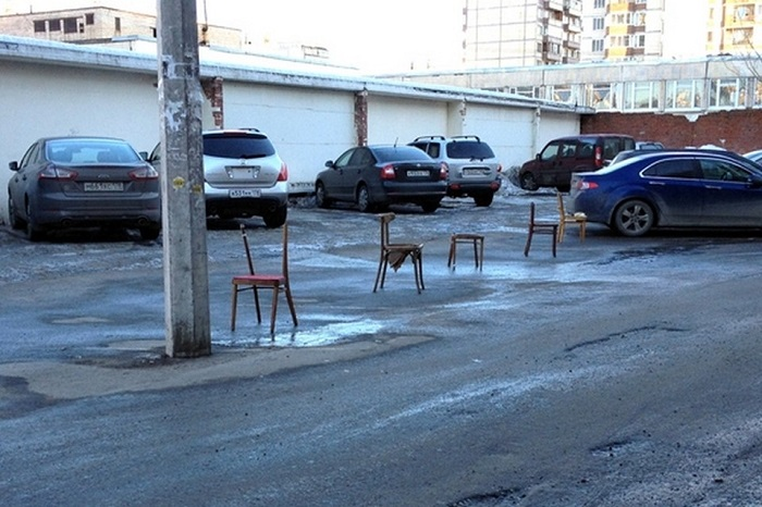 Стулья на месте парковки/ Фото: spb.kp.ru