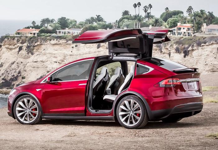 Tesla Model X с открытыми задними дверями/ Фото: auto.ironhorse.ru