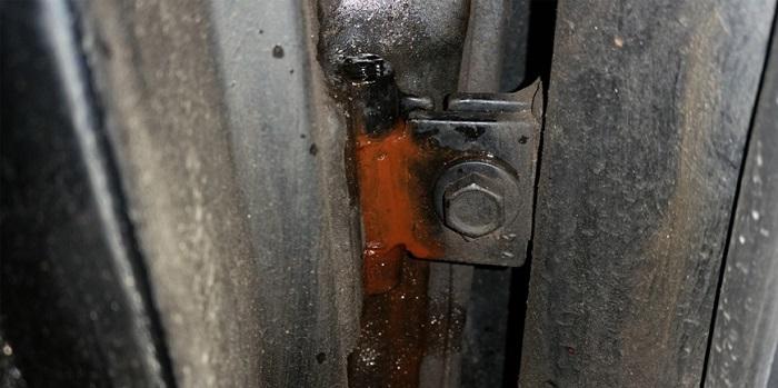 Изношенные дверные петли/ Фото: mirsmazok.ru