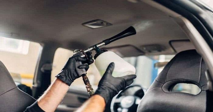 Глубокая очистка потолка машины/ Фото: diyautoservice.com