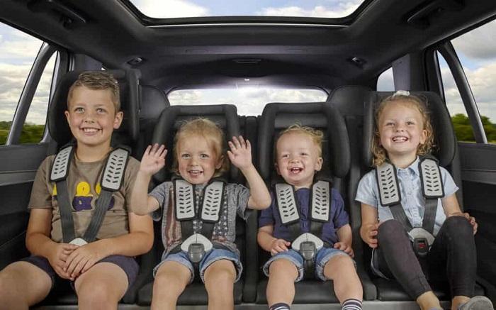Встроенные сиденья для детей были популярны в минивэнах более 20 лет назад/ Фото: motor-junkie.com