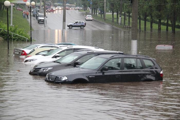 Автомобили, оказавшиеся в воде по воле природной стихии/ Фото: drivenn.ru