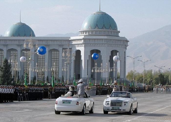 Власти Туркменистана принимают парад на белых автомобилях/ Фото: turkmen.news