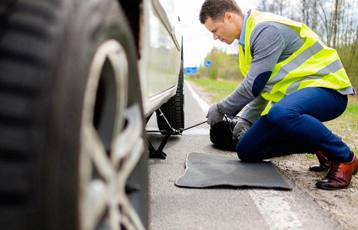 Помощь с автомобилем в дороге/ Фото: athens.zagranitsa.com