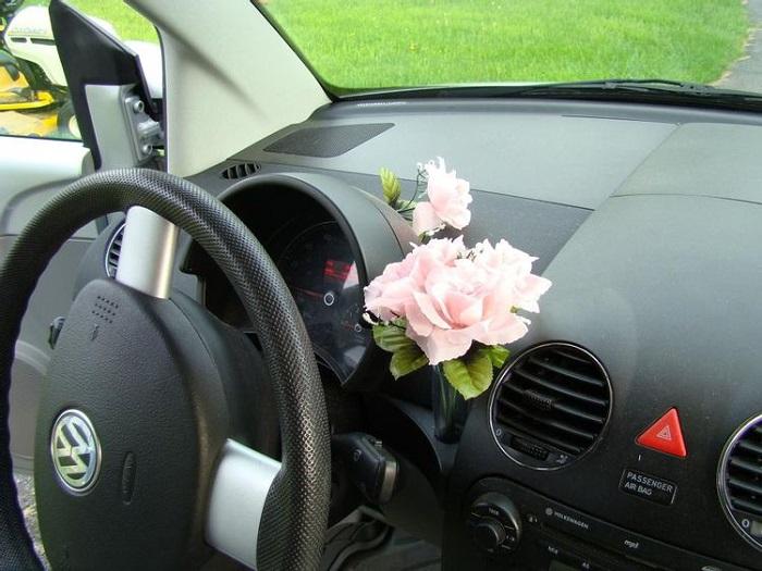 Ваза для цветов как элемент интерьера автомобиля/ Фото: avorcor.com