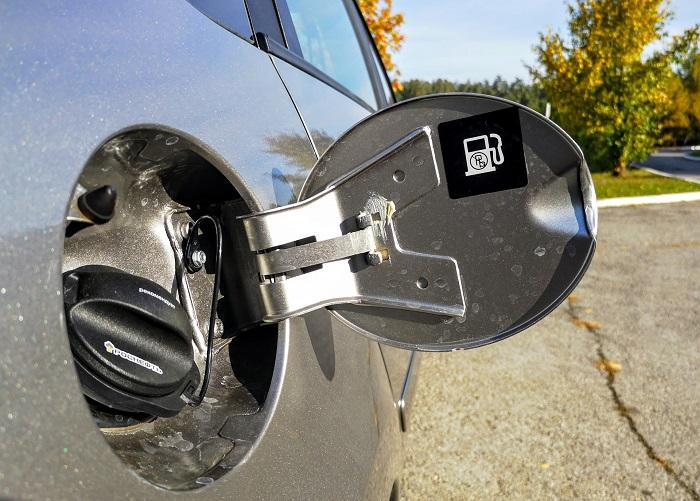 Удаляем воду из бензобака машины.