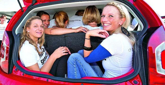 Люди в автомобиле/ Фото: gazeta-rybinsk.ru