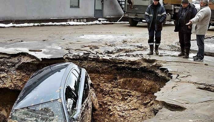 Образовавшаяся по вине коммунальных служб яма, в которую упала машина/ Фото: 1dtphelp.ru