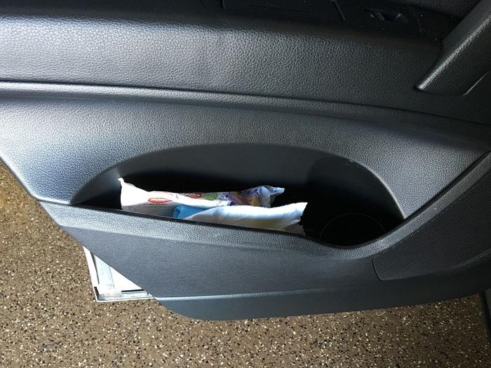 Вещи в карманах автомобильных дверей/ Фото: midwesternmama.com