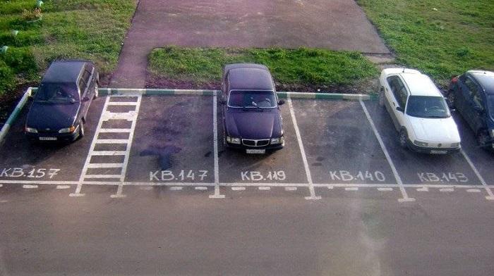 Выделенные по квартирам дома места для стоянки автомобилей/ Фото: drivenn.ru