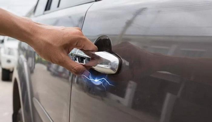 Удар током от ручки двери автомобиля.