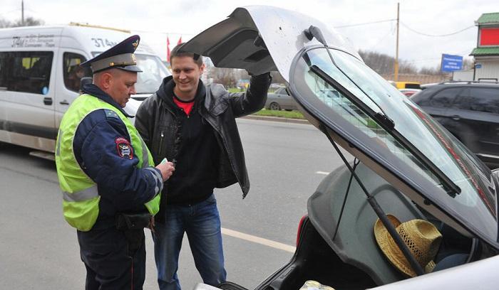 Осмотр багажника автомобиля/ Фото: doorinworld.ru