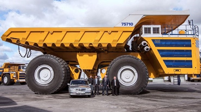 Удивляющий своими размерами грузовой автомобиль производства БелАЗ/ Фото: yablyk.com